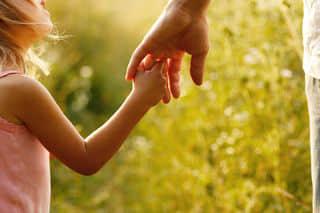 donner la main à un enfant ayant des troubles de l'attention avec ou sans hyperactivité (TDA/H)