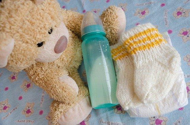 Biberon contenant du lait: différents types de lait pour bébé.