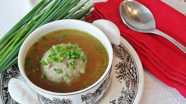 Au sein de l'alimentation, la soupe de foie de bœuf est riche en choline.