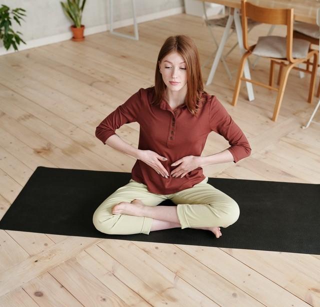 Femme en train de pratiquer le Pranayama: définition et bienfaits de cette technique de respiration.