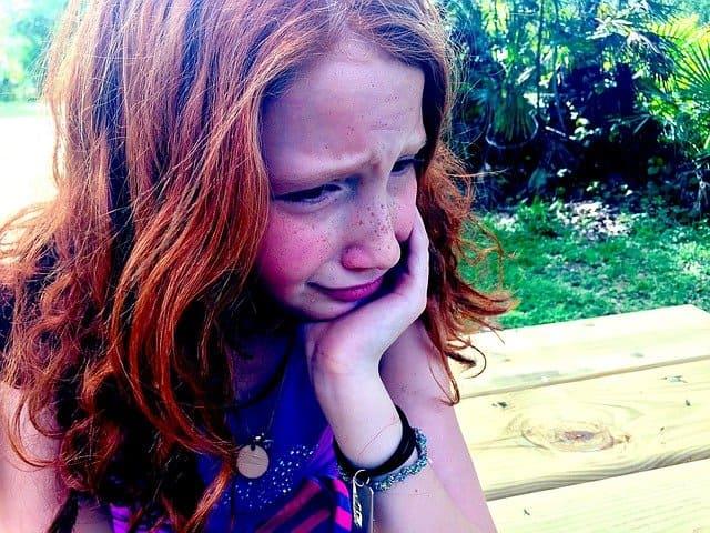 Enfant hypersensible en train de pleurer: définition, symptômes et caractéristiques de l'hypersensibilité.