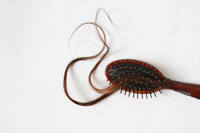 Mèche de cheveux sur un peigne: causes et traitement naturel de l'alopécie.