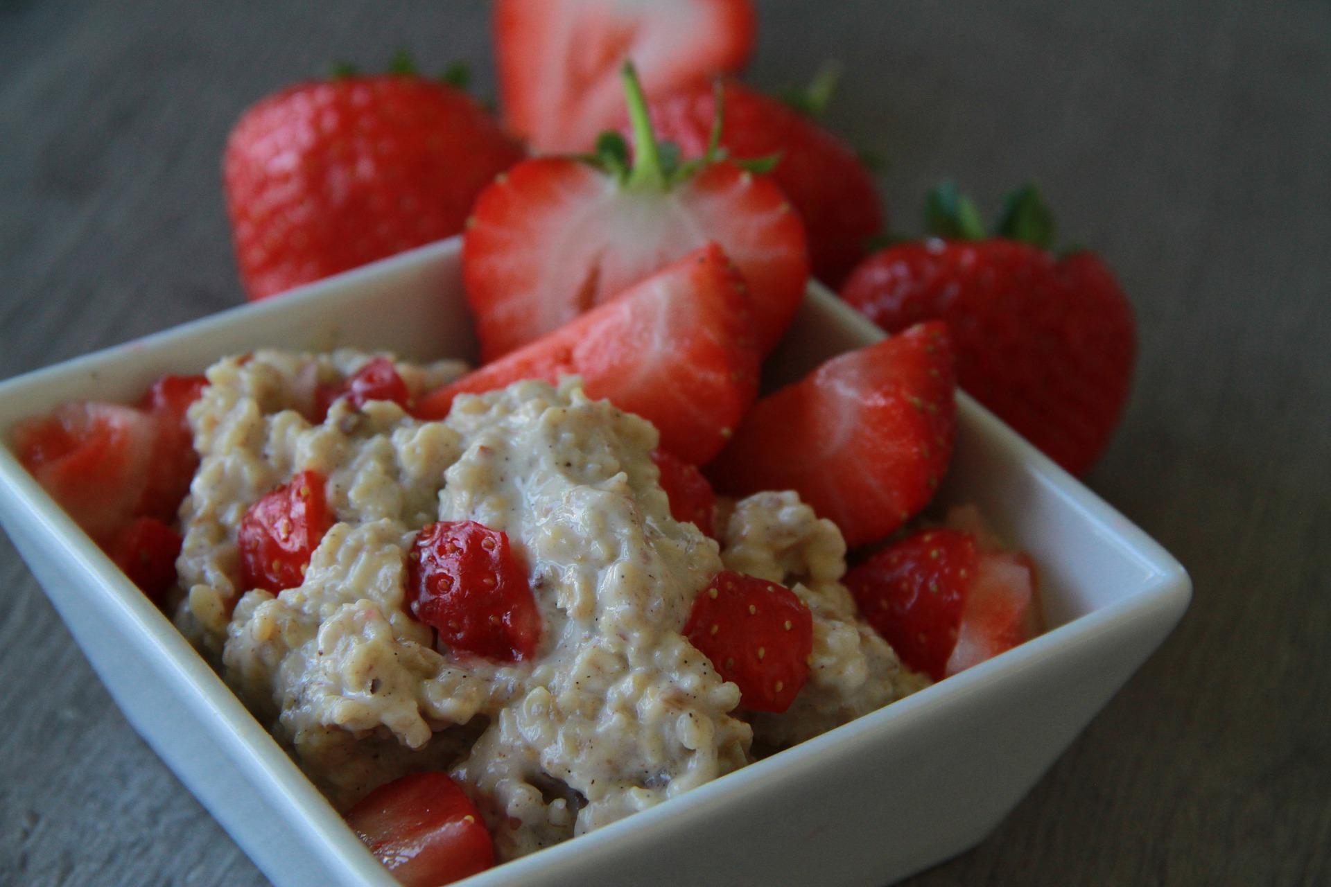 Porridge à la fraise, un des aliments riches en inositol.