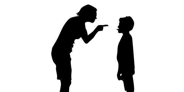 Femme en train de punir son enfant: comment sanctionner de manière adéquate?