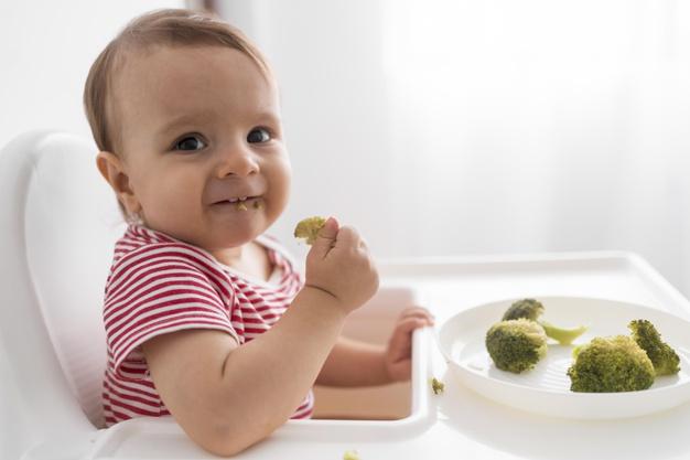 Enfant en train de manger: les besoins nutritionnels des enfants de 0 à 3 ans et l'alimentation.