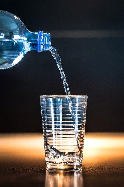 Verre d'eau: lors du jeûne hydrique, de l'eau peut être bue.