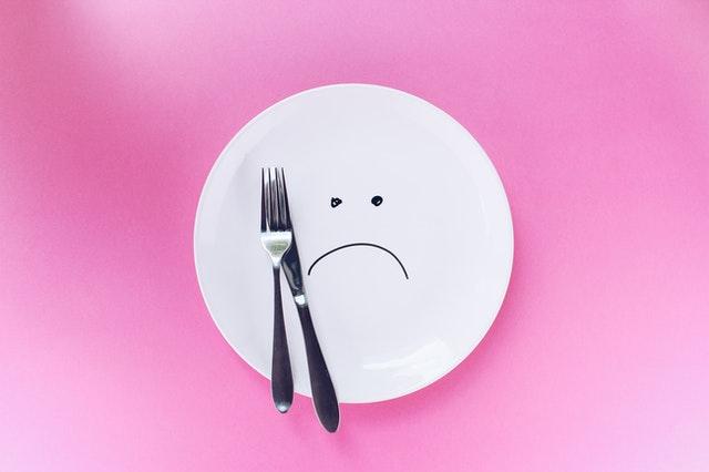 Assiette vide avec couteau et fourchette, représentant le jeûne court.