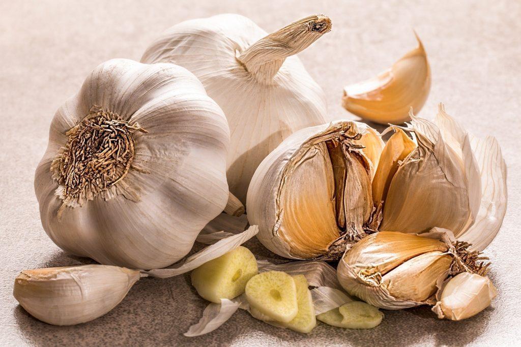 L'ail, un condiment en gousses: bienfaits et vertus, contre-indications.
