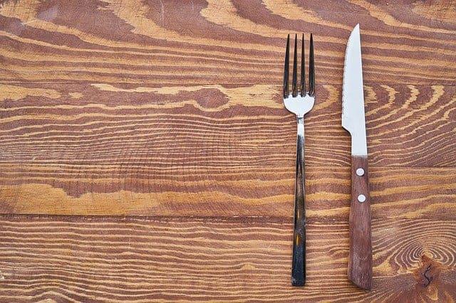 Couverts sans assiettes, représentant le jeûne sec.