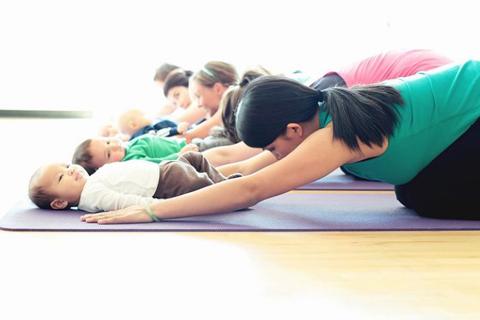 Yoga postnatal: bienfaits, contre-indications et quand commencer?