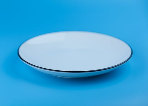Assiette vide, qui représente le jeûne intermittent.