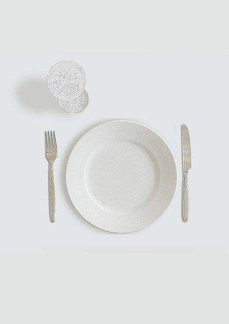 Assiette vide, sans couverts, représentant le jeûne: bienfaits et danger de ce type de diète.