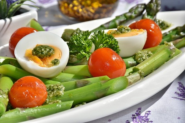 Légumes cuits et œufs: aliments recommandés dans le régime Natman.