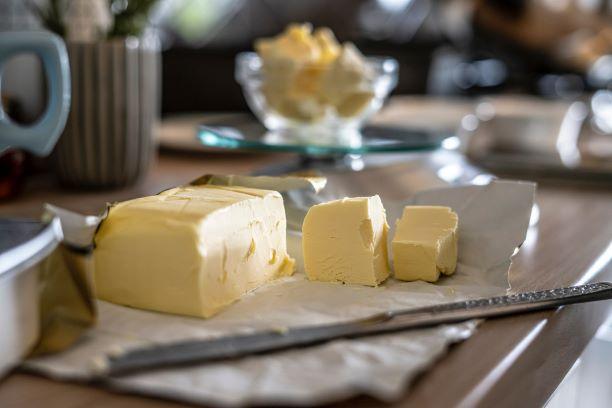 Acide butyrique présent dans le beurre : effet, utilisation, danger.