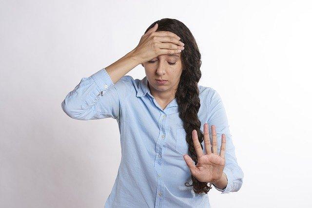 Femme souffrant de migraine : l'alimentation peut-elle soulager cette pathologie ?