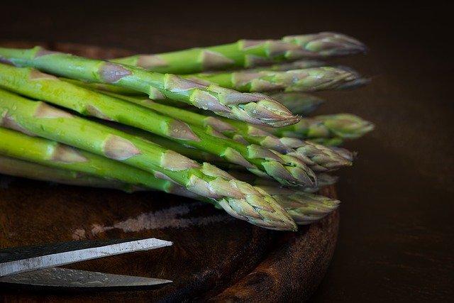 Asperges : l'asparagine est un acide aminé des asperges.
