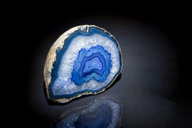 Calcédoine : bienfaits de l'élixir minéral.