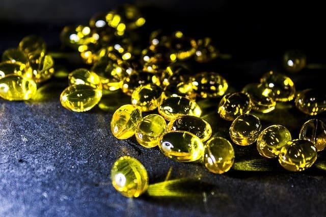 Gélules contenant de l'huile de foie de requin, riche en alkylglycérol.