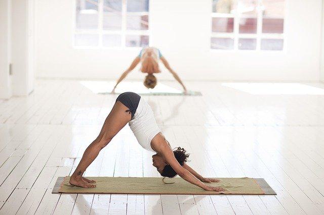 Posture de yoga, efficace pour les jambes lourdes.