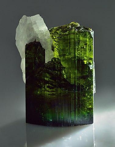 Tourmaline verte : propriétés de l'élixir minéral.
