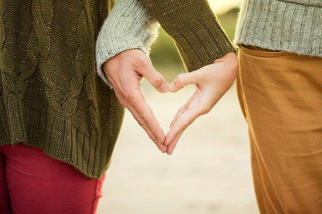 Homme et femme se tenant la main, qui symbolise les étapes de la vie d'un couple.