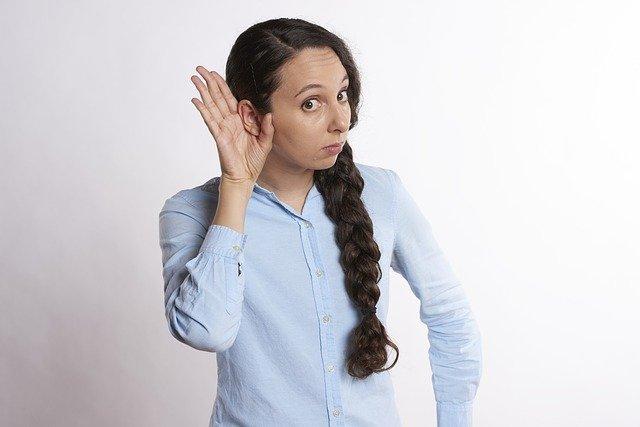 Femme en train d'écouter : la méthode Tomatis est fondée sur l'écoute.