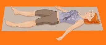 Image représentant la posture du Cadavre, du Yoga Nitra, qui favorise le sommeil.