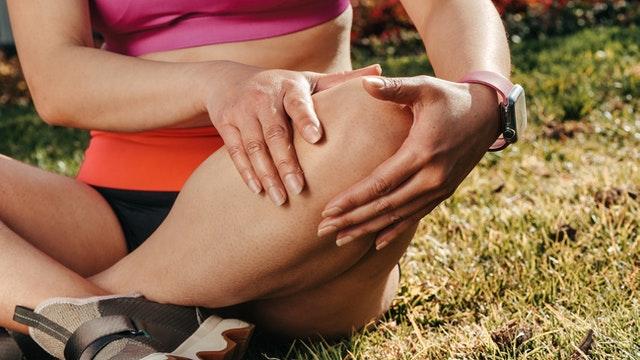 Femme souffrant de douleurs articulaires, musculaires et des tendons : quelle plante anti-inflammatoire?