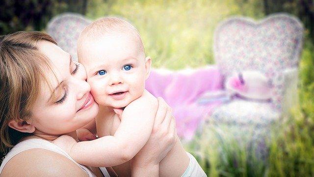 Mère avec son enfant : notion d'attachement.
