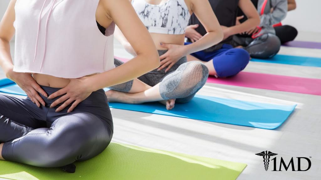 Image représentant des femmes pratiquant le yoga pour soulager la constipation.