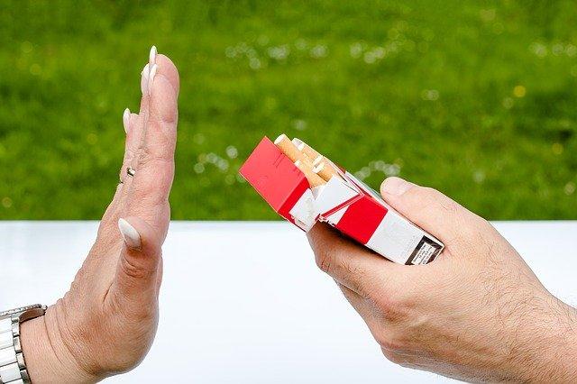 Paquet de cigarettes : femme indiquant qu'elle ne souhaite pas fumer.