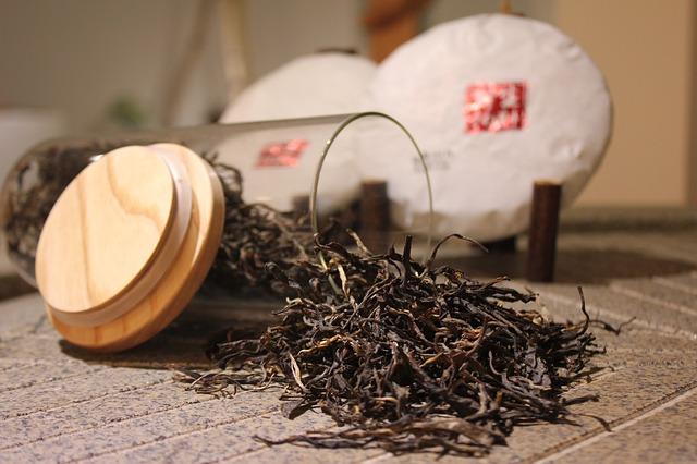 Thé noir qui déborde d'un pot : bienfaits et méfaits..
