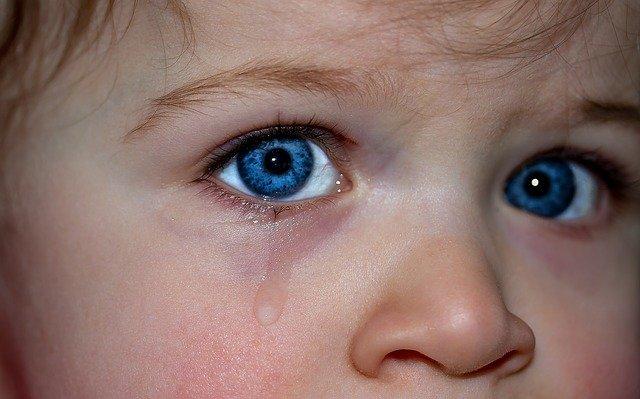 Enfant anxieux souffrant d'anxiété de séparation.