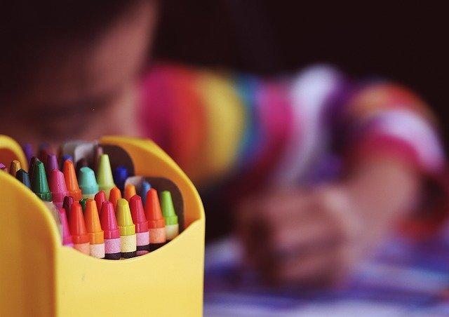 Crayons représentant l'anxiété scolaire à l'école.
