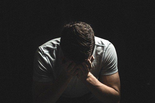 Homme souffrant d'anxiété matinale.