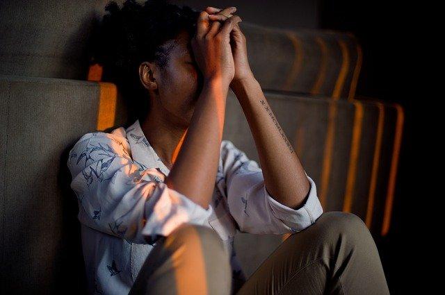 Femme souffrant d'anxiété le soir.
