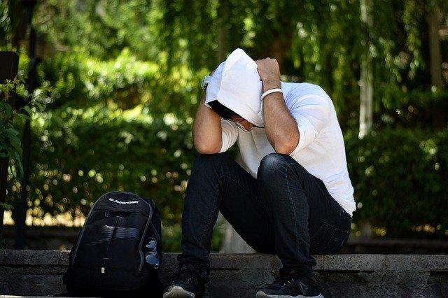 Personne assise dans un parc souffrant d'anxiété sans raison.