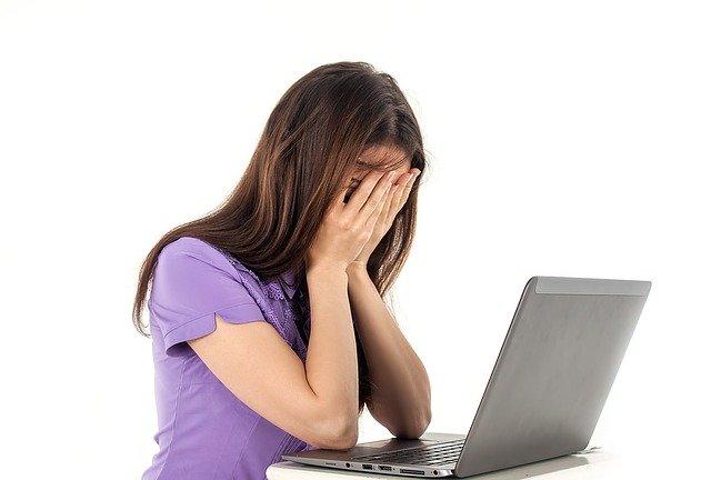 Femme souffrant d'anxiété ainsi que de fatigue.