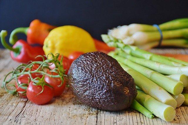 Asperges, tomates et avocat : aliments riches en glutathion.