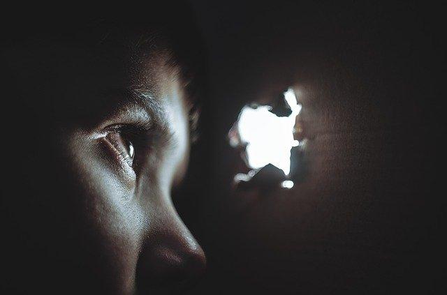 Garçon souffrant d'anxiété ou d'angoisse ; quelle différence ?