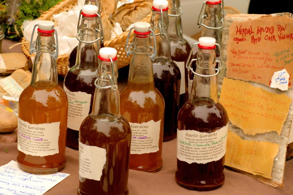 Bouteilles de vinaigre de cidre, l'élément central du vinaigre des 4 voleurs.