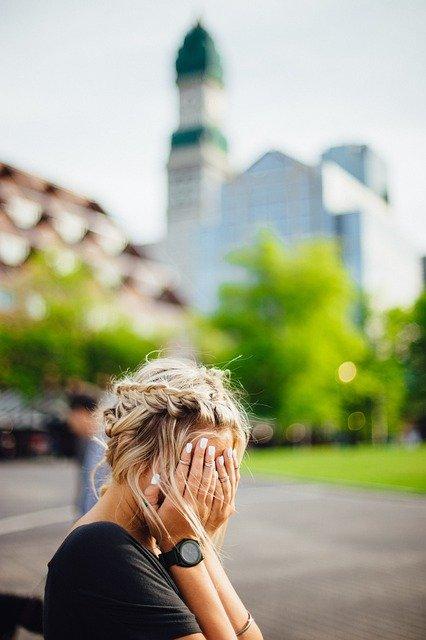 Jeune femme souffrant d'anxiété sociale.