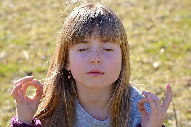 Enfant qui pratique la méditation : quelles caractéristiques ?