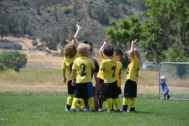 Enfants en train de pratiquer un type d'activités extra-scolaires.