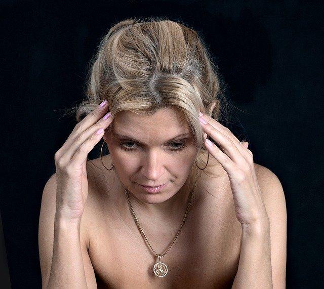 Femme souffrant de bouffées de chaleur : quel traitement naturel ?