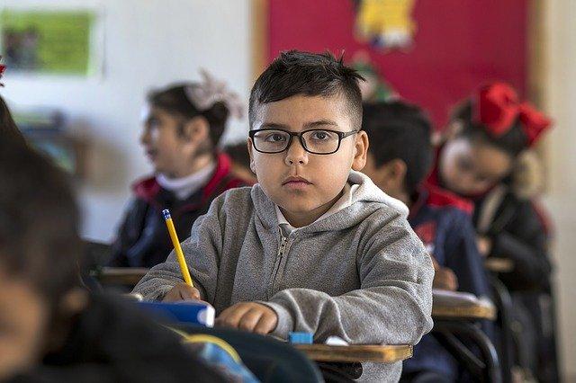 Enfant souffrant de phobie scolaire : quels sont les symptômes, causes et solutions ?