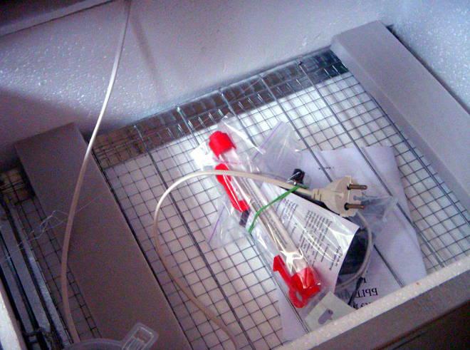 Инкубатор на 100 куриных яиц в металлическом противоударном корпусе