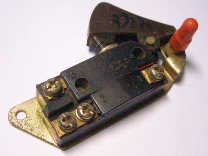Кнопка пуска цепной электропилы с боковым двигателем