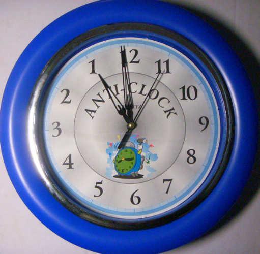 Античасы синего цвета с английской надписью anti-clock