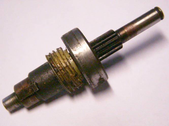 Вал цепной электропилы с подшипником и плунжерной шестерней